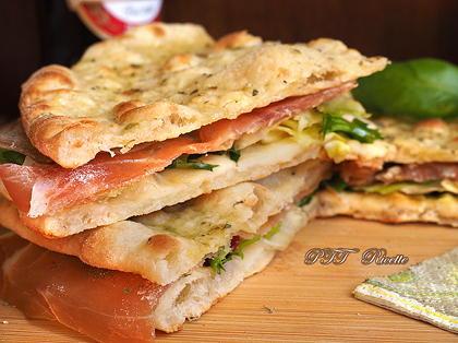 Pane arabo con provola, insalata e prosciutto crudo