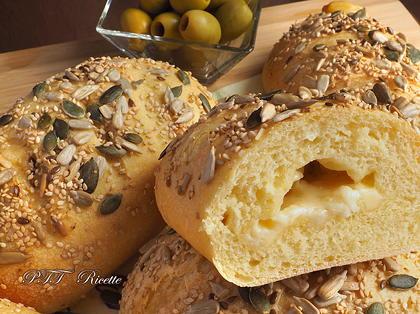 Panini di semola no-knead ai formaggi