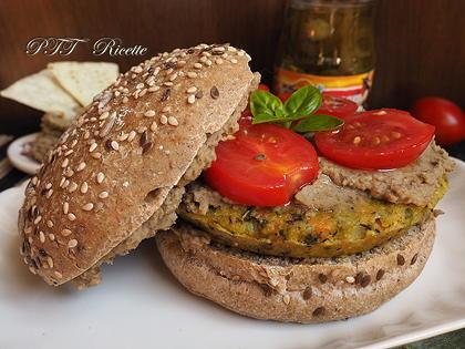 Panino con burger vegetale e crema di lenticchie piccante