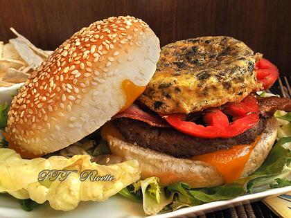 Panino con hamburger di tacchino, bacon e frittatina