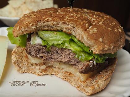 Panino con hamburger, pecorino e salsa tzatziki