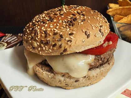 Panino con hamburger, tomino e pomodoro