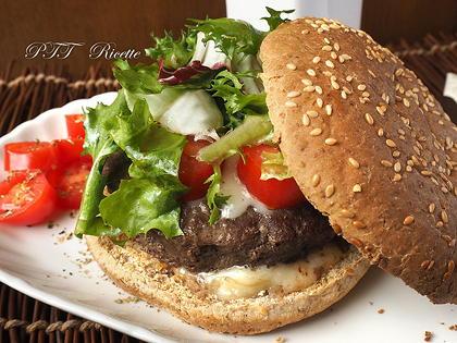 Panino ricco, con hamburger, gorgonzola, pomodorini e insalata