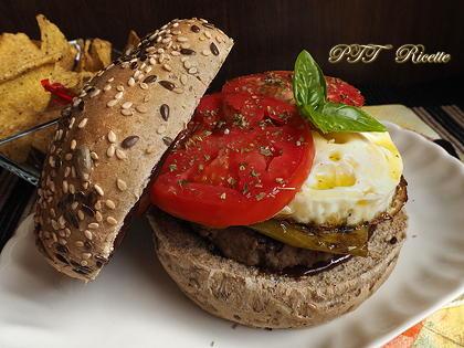 Panino super con hamburger, uovo, peperoni verdi e pomodoro