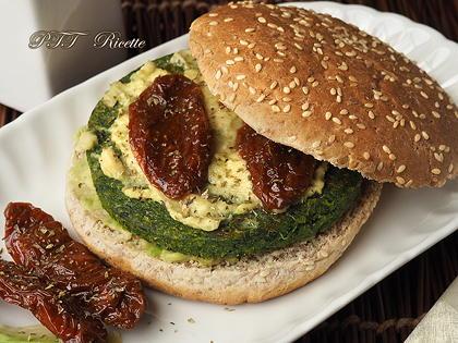 Panino vegetariano con burger di spinaci e avocado