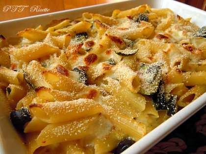 Pasta al forno filante, con zucchine e pomodori secchi