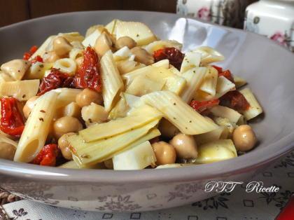 Pasta fredda con pomodori secchi, funghi champignon e carciofi sottolio