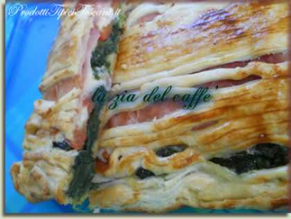 Pasta sfoglia ripiena di spinaci, prosciutto e pomodori