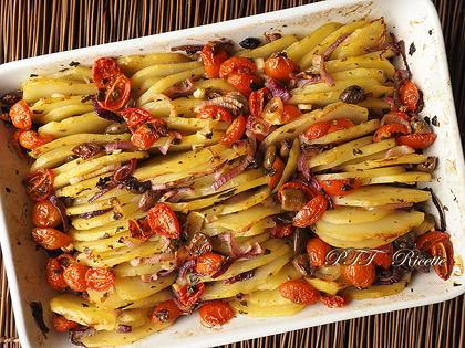 Patate al forno con pomodorini, olive e cipolle