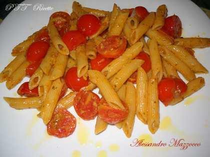 Penne rigate con pesto e pomodorini Pachino