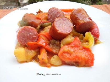 Peperoni, patate e salsicce in padella