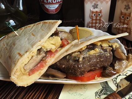 Piadina con hamburger, funghi trifolati e crema di ceci