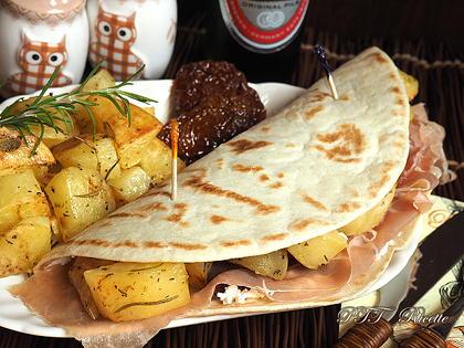 Piadina con patate al forno, prosciutto e pomodori secchi