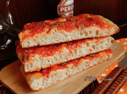 Pizza a lunga lievitazione con pomodoro, capperi e acciughe