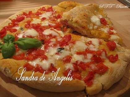 Pizza calzone con prosciutto crudo, cotto e mozzarella