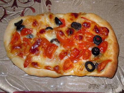 Pizza con pomodorini freschi