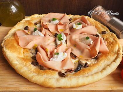 Pizza di pasta sfoglia con crescenza, ricotta e mortadella