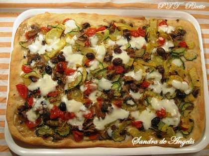Pizza fantasia con olive e mozzarella di bufala