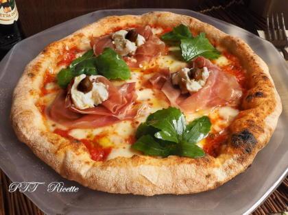 Pizza prosciutto, rucola e ricotta