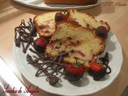 Plumcake allo yogurt con fragole e gocce di cioccolato