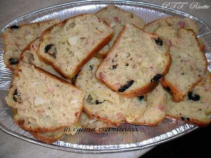 Plumcake salato con olive, pancetta e formaggio