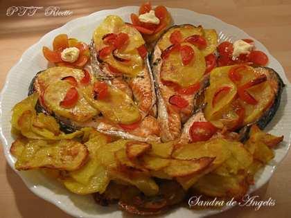 Salmone al forno con patate e pomodori Pachino