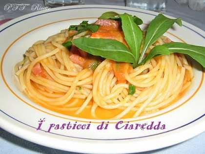 Spaghetti con pomodoro fresco, rucola e pancetta