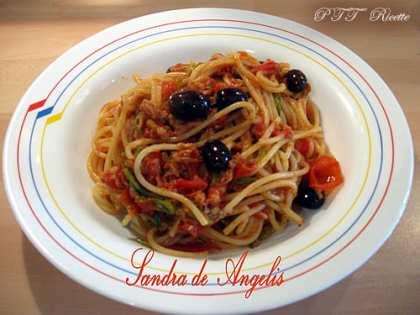 Spaghetti con tonno olive e zucchine
