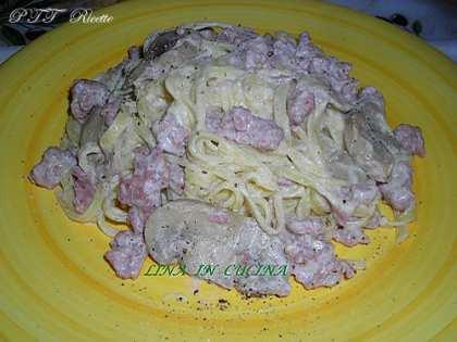 Tagliolini all'uovo con salsiccia, funghi e panna