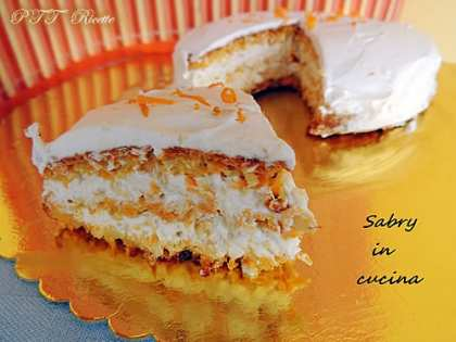 Torta carote e mandorle farcita con soffice crema