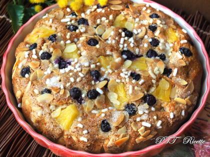 Torta di ananas allo yogurt, con mirtilli e mandorle