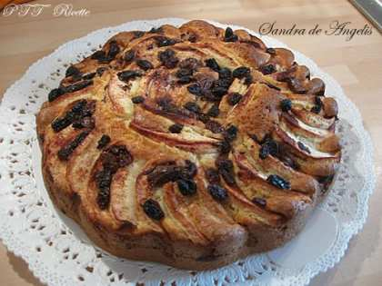 Torta di mele con uvetta, cioccolato e cannella