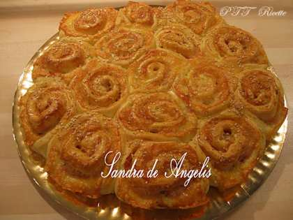 Torta di rose con prosciutto cotto, mozzarella ed Emmenthal
