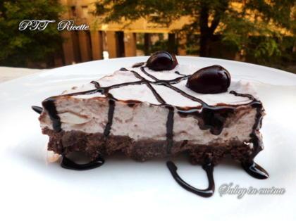 Torta fredda con ciliegie e cioccolato senza cottura